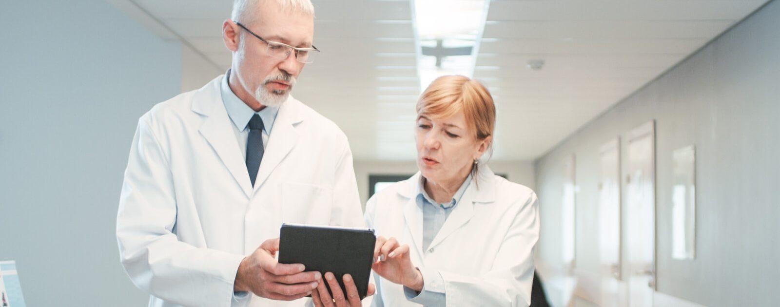 Urologe bereitet sich auf die Untersuchung zur Diagnose vor