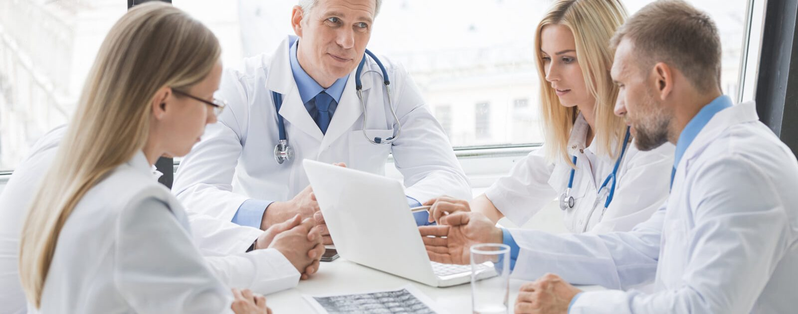 Ärzte schauen sich die Ergebnisse des Gleason Scores eines Patienten an, um über die weitere Behandlung zu entscheiden.