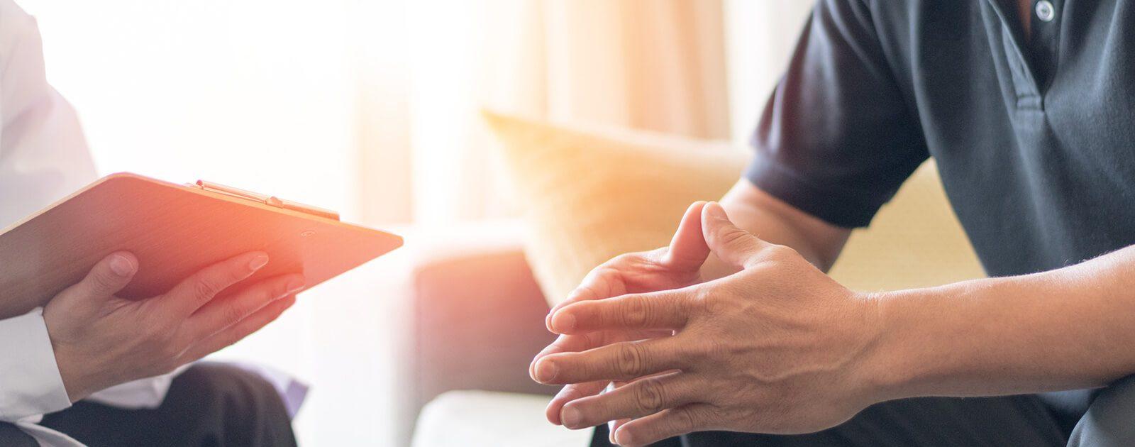 Mann mit Dauererektion sucht das Gespräch mit einem Urologen.