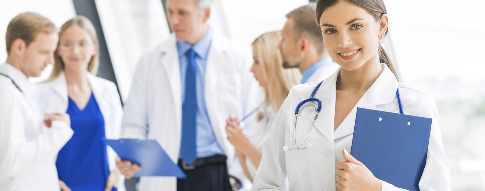 Ärzte auf dem Krankenhausflur – Patienten mit Paraphimose sollten sich umgehend in ärztliche Hände begeben.