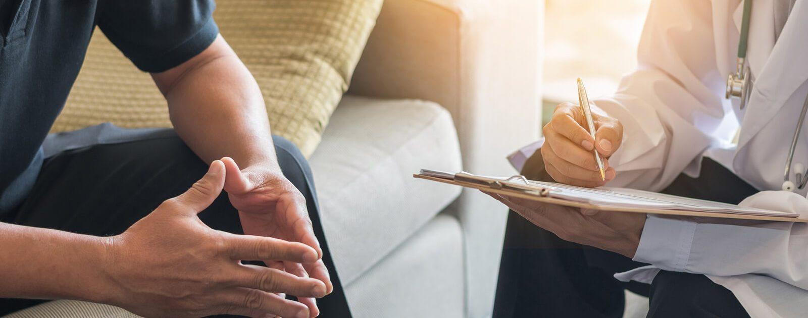 Arzt diagnostiziert Prostatakrebs bei einem Mann