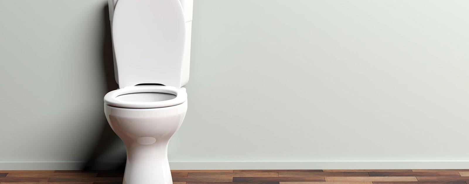 Mann geht nachts auf die Toilette, weil er an Nykturie (nächtlichem Harndrang) leidet.