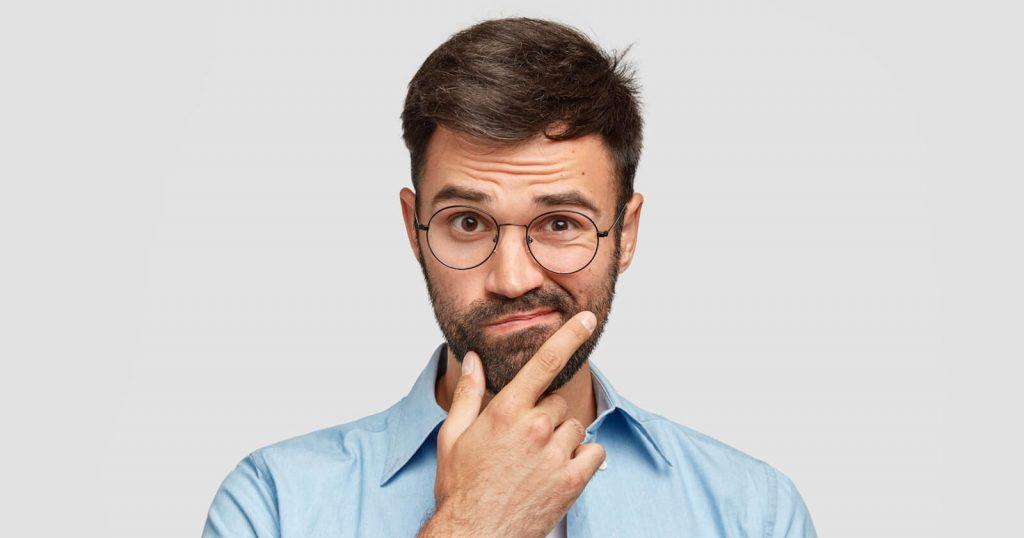 Mann, der überlegt, ob er einen Selbsttest zum Thema Prostata machen soll.