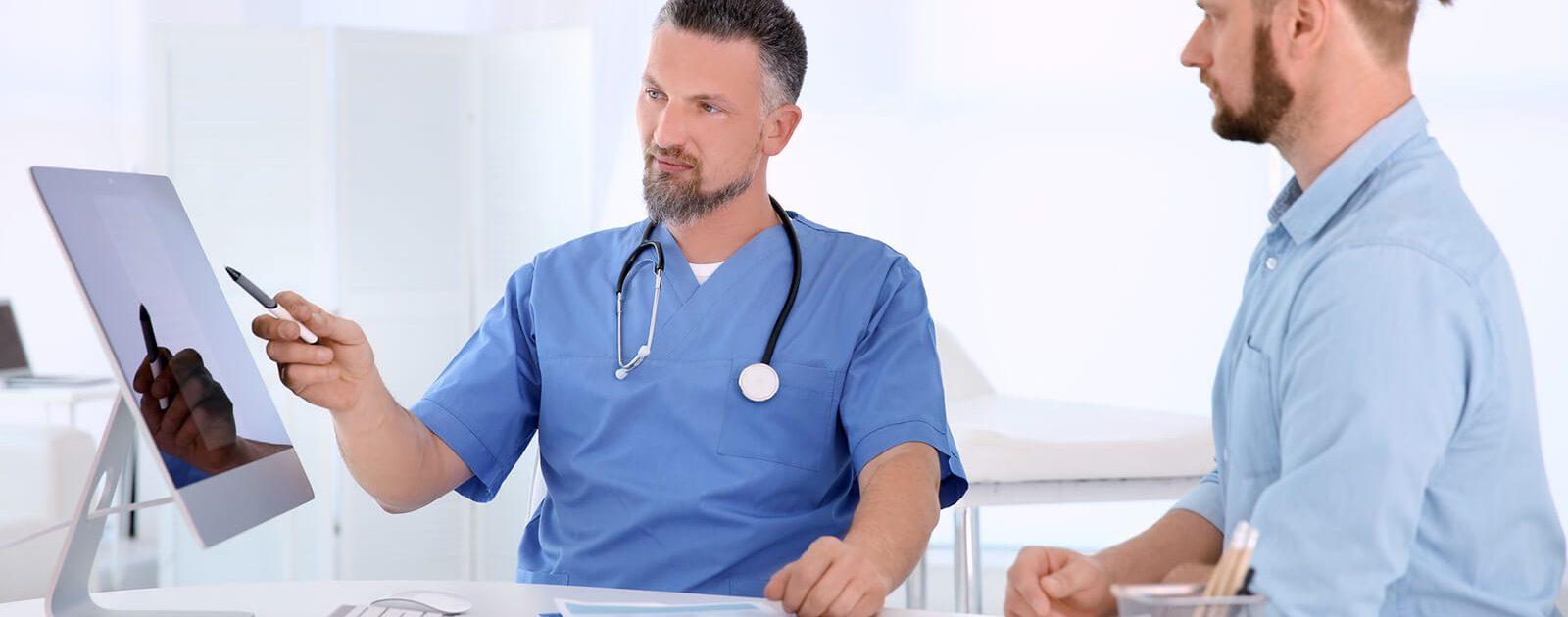 Arzt klärt Patient über die Formen von Prostatis auf