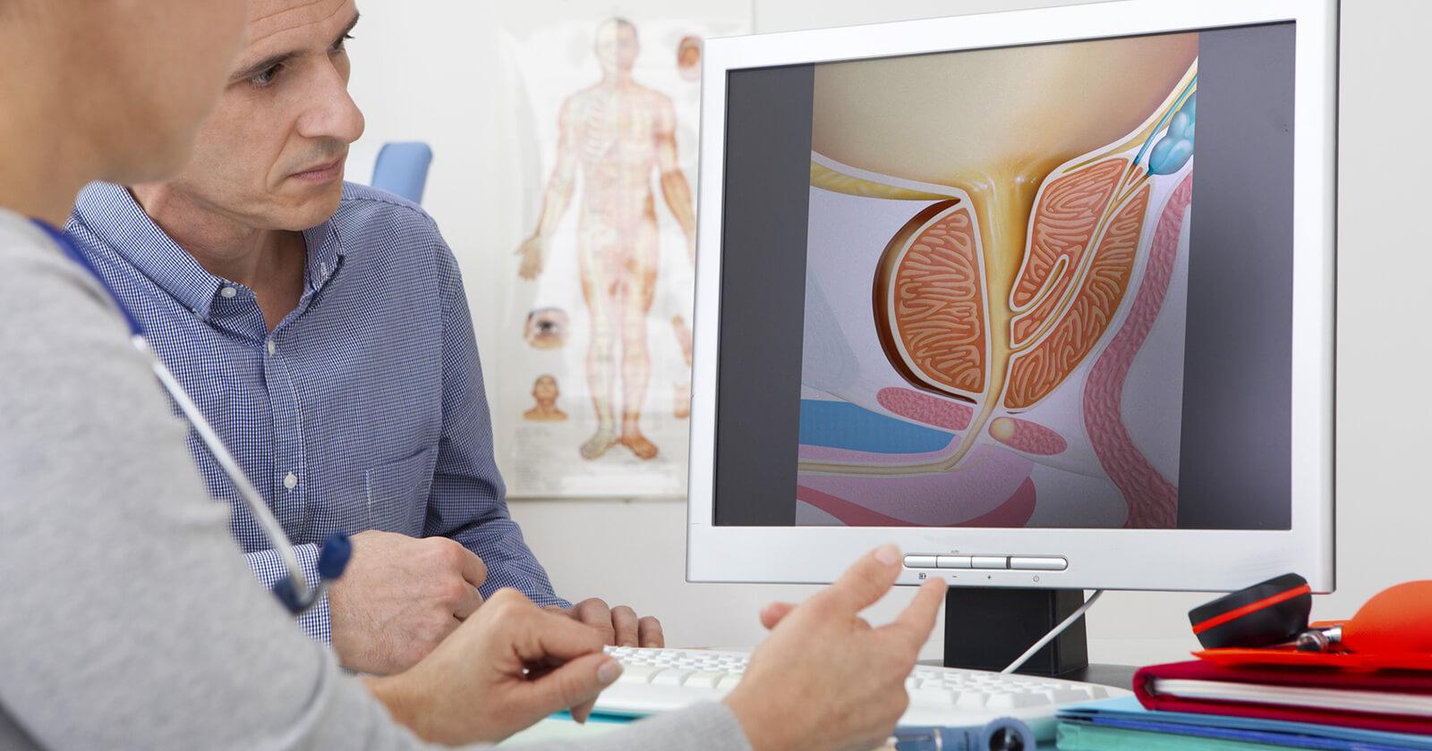 Patient mit Prostatitis im Diagnosegespräch beim Arzt