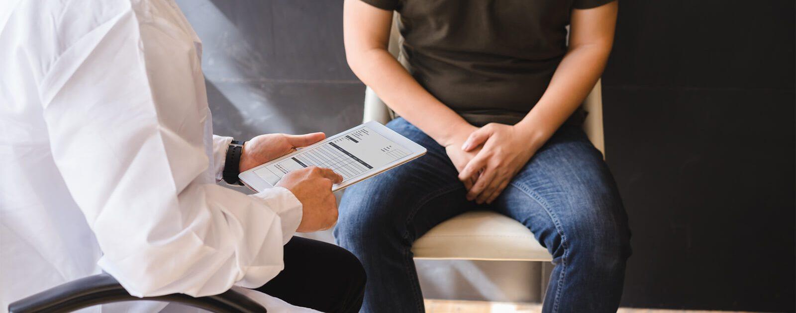 Mann berät sich mit seinem Arzt über die Behandlung seines Testosteronmangels.