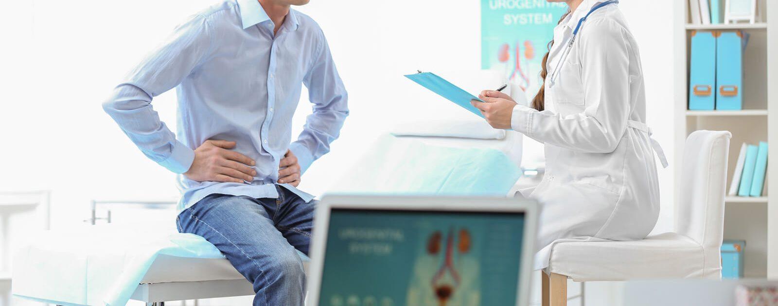 Patient mit Arzt bei der Untersuchung von urologischen Beschwerden.