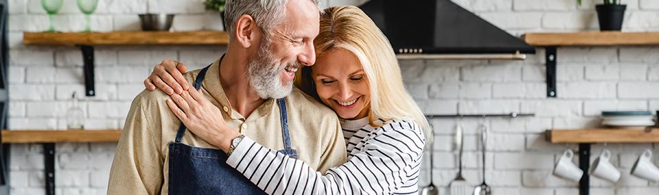 Älterer Mann hat trotz Prostatakrebs Freude am Kochen mit seiner Frau.